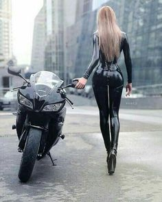 Beautiful Girls With Cars and Motorcycles - Bellas Mujeres Con Coches y Motos - Girls Washing Cars - Cars - Coches - Bikes - Motos Biker Chick, Biker Girl, Girl Motorcycle, Lady Biker, Motorcycle Humor, Girl Bike, Cuir Center, Hot Bikes, Scooters