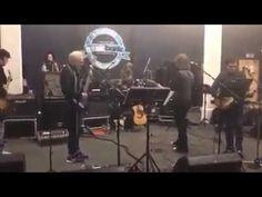 """Trevor Horn, Chris Norman, BEV BEVAN, Geoff Downes y Russ Ballard - tema de ELO """"DON'T BRING ME DOWN"""". Se trata de un ensayo para un concierto de leyendas en el O2 ARENA de Londres."""