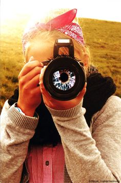 Auf den ersten Blick sehen viele Kameras zum Verwechseln ähnlich aus: Ein rechteckiges Gehäuse beherbergt das runde Objektiv