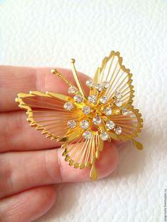 Купить Брошь Золотая бабочка Кристаллы Monet 1960-е США - винтажные украшения