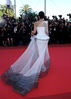 Sonam Kapoor in Jean Paul Gaultier at the 2011 Cannes Film Festival    kThis post has 30 notes   tThis was posted 10 hours ago  zThis has been tagged with Jean Paul Gaultier, sonam kapoor, fashion, cannes, red carpet, jpg,   via: phe-nomenal.tumblr.com