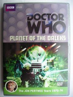 """""""Planet of the Daleks"""" è un'avventura della decima stagione della serie classica di """"Doctor Who"""" trasmessa nel 1973 con il Terzo Dottore e Jo Grant. Segue """"Frontier in Space"""" ed è un'avventura composta da sei parti scritta da Terry Nation e diretta da David Maloney. Immagine dall'edizione britannica del DVD. Clicca per leggere una recensione di quest'avventura!"""
