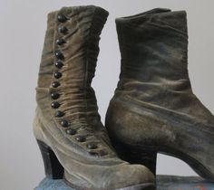 I can't go Sojournin' without some books. Sojourner likes these Antique Boots Victorian Boots 1800s Shoes Green Suede Boots  Steampunk in Womens Button Up Size 7. Only, I need size 10.