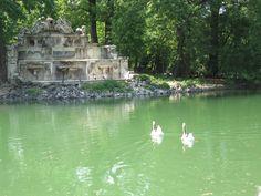 La peschiera con al centro l'isolotto e la statua del Trianon, Parco Ducale di Parma, Emilia-Romagna.