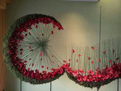 .halve cirkel met mos en rode rozen