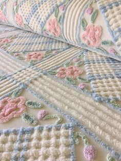 Shabby Chic Quilts, Shabby Chic Bedrooms, Shabby Chic Decor, Vintage Decor, Vintage Items, Chenille Bedspread, Quilted Bedspreads, Crochet Bedspread, Vintage Bedspread
