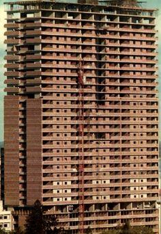 O Prédio de 33 Andares na Baixa de Lourenço Marques, no final do 1º semestre de 1974. Na altura era o edifício mais alto de Portugal. Maputo, Beautiful Places, African, Portugal, Country, World, Buildings, Memories, Old Pictures
