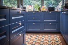 Płytki cementowe Articima w kuchni. Na bazie wzoru 204 klient zamówił płytkę w niestandardowych kolorach.