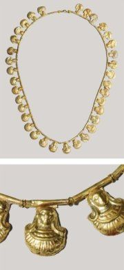 NECKLACE formed thirty-five pendants depicting female faces in the hair falling on both sides of the neck a broad collar, for each welded to a tubular bead. Or Etruria seventh century BC. J. -C. L_37, 5 cm Rare Etruscan gold necklace. 7th century B. C.
