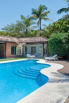 Editorial Paraty: Raízes do Brasil (Foto: Ron Pen) As linhas da piscina levam o olhar para a fachada, onde revelam-se as cores presentes em toda a casa: terracota, amarelo e azul