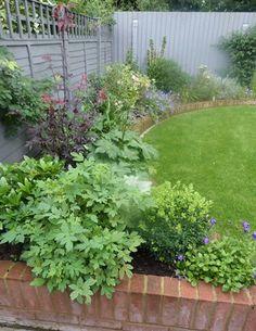New garden with a circular lawn Little Gardens, Back Gardens, Small Gardens, Garden Yard Ideas, Garden Projects, Garden Art, Circular Lawn, Small Garden Inspiration, Allotment Gardening