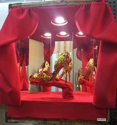 Primer escaparte de pequeño formato con motor que hacia rotar el calzado para simular el movimiento en escenario, la idea del escaparte era representar el espectáculo, burlesque, el performance, el cabaret, la noche, los barrios rojos, bling bling... podéis ver la reproducción  en mi instagram @amybridges92