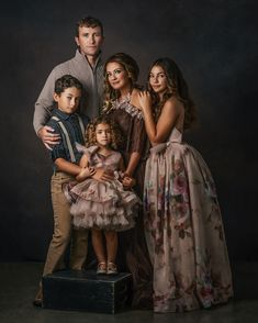 Fine Art photographer Gallery - sessions by best photographer Pose Portrait, Family Portrait Poses, Family Picture Poses, Family Portrait Photography, Family Posing, Family Photographer, Indoor Family Photography, Family Photo Studio, Studio Family Portraits