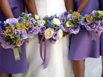 Love all the purple in these bouquets and matching the bridesmaid dresses