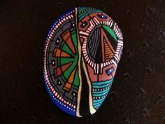 152, Fêlure, galet peint à l'acrylique dans des tons vert, marron, bleu marine, bleu, rose pâle,