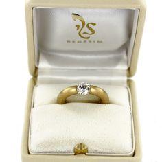 Ein individuell gefertigter Spannring mit Diamant im Brillantschliff und Ringschiene aus mattiertem Gelbgold