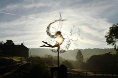 Przechodząc się po ogrodach Trentham w Wielkiej Brytanii można natrafić na wyjątkowo piękne rzeźby do złudzenia przypominające najprawdziwsze wróżki. Twórcą tych drucianych arcydzieł jestRobin Wight. Zawieszone w powietrzu, złapane na zabawie z dmuchawcami, tańczące pomiędzy ogrodowymi dekoracjami zachwycają zarówno dzieci jak i dorosłych, zamieniając zwykły spacer w niezapomniane przeżycie. Więcej naFB Artysty
