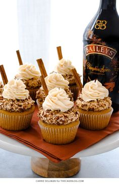 Check out creamy, soft and cheesy Thanksgiving Cupcakes Recipes that would make the crowd want to beg you for your Thanksgiving Desserts recipes. Thanksgiving Cupcakes, Holiday Cupcakes, Autumn Cupcakes, Thanksgiving Prayer, Halloween Cupcakes, Halloween Party, Pumpkin Spice Cupcakes, Pumpkin Spice Latte, Pumpkin Spice Baileys Recipe