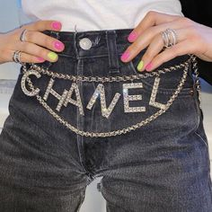 Vérifié ⚡️Not only a belt but a real waist jewel⚡️ CHANEL is definitely our crush of the week and this belt is the reason why. Read more on our mag! Diy Fashion, Ideias Fashion, Fashion Outfits, Womens Fashion, Fashion Trends, Chanel Fashion, Fashion Weeks, London Fashion, Chanel Outfit