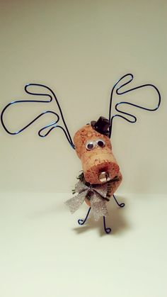 Some of my ABSOLUTE FAVORITE corky friendz! These wine cork moose and reindeer ornaments come with a handmade wreath with sparkly bow. The top hat just tops it off as the coolest ornament on the tree and one of five on the mantel:) - Decor DIY Wine Cork Wreath, Wine Cork Ornaments, Reindeer Ornaments, Felt Ornaments, Wine Craft, Wine Cork Crafts, Bottle Crafts, Christmas Crafts, Christmas Ornaments
