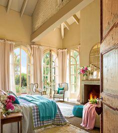 Dormitorio con chimenea. Dormitorio con chimenea con techos altos de madera y grandes ventanales_00376133