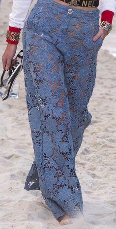 Chanel Spring 2019 Ready-to-Wear Fashion Show - Chanel Clothes - Trending Chanel Clothes - Chanel Spring 2019 RTW Fashion Pants, Look Fashion, Fashion Show, Fashion Dresses, Fashion Tips, Fashion Design, Fashion Trends, Chanel Fashion, Couture Fashion