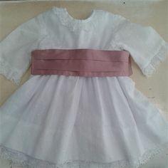 Vestido plumeti blanco & fajin rosa.  Cubete´s Kids - www.cubeteskids.es