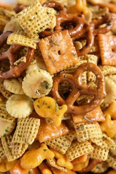 Cheesy Ranch Chex Mix: loaded with tons of flavor and cheesy crunchy goodness, this snack mix is the new ultimate tailgating party snack that will leave everyone begging for more! Snack Mix Recipes, Appetizer Recipes, Appetizers, Snack Mixes, Fall Recipes, Healthy Recipes, Ranch, Tailgate Food, Tailgating