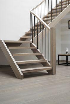Landelijke gebeitste houten trap met wrongstuk
