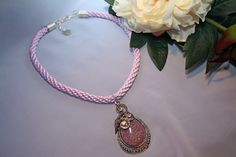 Käsintehty kaulakoru. Handgjort halsband. Hand made necklace. http://verkkokauppa.suzanne.fi/   http://shop.suzanne.fi/    https://www.facebook.com/SuzannesShop