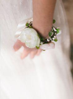 Bracelet de fleurs Kate #englishgardencollection #braceletdefleurs #wedding #mariagefleuri #bohochic #bride #accessory #vintagestyle