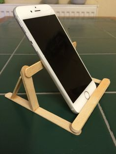 Just made a phone stand using Popsicle sticks and super-glue :) the phone can al - Iphone Holder - Ideas of Iphone Holder - Just made a phone stand using Popsicle sticks and super-glue the phone can also be placed horizontally Diy Popsicle Stick Crafts, Popsicle Sticks, Iphone Holder, Cell Phone Holder, Diy Phone Stand, Diy And Crafts, Crafts For Kids, Stick Art, Super Glue