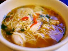 I present to you, a healthy version of express chicken noodle soup. It'll warm even the the darkest depths of your body and soul Great Recipes, Soup Recipes, Cooking Recipes, Favorite Recipes, Ww Recipes, Asian Recipes, Healthy Recipes, Ethnic Recipes, Asian Chicken Noodle Soup