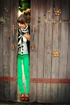 love the mixture! Black & White at top with green jeans & brown shoes
