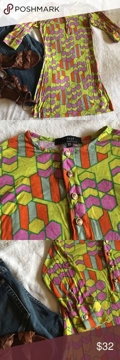 🆕 neon geometric print 3/4 sleeve button top Vibrant 3/4 sleeve tee in a stretchy geometric print fabric, in bright neon colors. Metallic buttons at neck and on the cuffs of the sleeves add a cute accent. Awesome bright top to make a statement and get you noticed! Keep it simple or go all out! Excellent used condition, looks unworn. Happy to provide measurements upon request! Size XS. T-Bags Tops