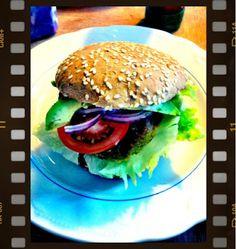 Vege-burger med kikærtebøf - Louisa Lorang. Tilføj æg og lidt mel, så det hænger bedre sammen.