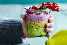 Sett farge på frokosten med chiagrøt i tre lag. Bringebær, mango og avokado bidrar med hver sin kulør og gir en fargerik start på dagen.