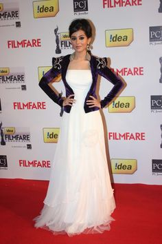 This look is a classic case of beautiful disaster. Each piece of garment is uniquely wearable; if not beautiful, in its own way, but when put together looks like a hot mess. Oh dear Amrita Rao, what were you thinking?