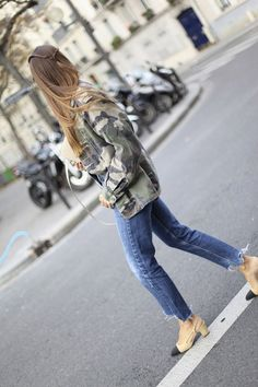 Moda - Sapato bicolor Chanel - Betty - Be true to yourself Camo Jacket, Green Jacket, Doc Martens Women, Slingback Shoes, Chanel Slingbacks, Cap Toe Shoes, Cc Shoes, Shoes For Less, Looks Jeans