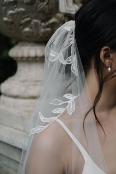 MATISSE Elbow length veil with lace 3 Simple Wedding Gowns, Ivory Wedding, White Wedding Dresses, Wedding Headpieces, Wedding Veils, Bridal Bun, Bridal Hair, Side Chignon, Romantic Hairstyles