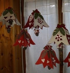 Easy Christmas Diy Tutorial facilissimo per Natale Christmas Makes, Felt Christmas, Simple Christmas, Handmade Christmas, Christmas Holidays, Felt Ornaments, Christmas Tree Ornaments, Felt Decorations, Christmas Decorations