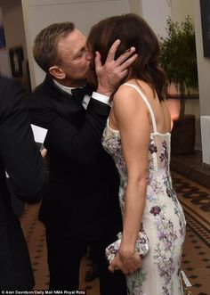 Rachel Weisz cuddles up to husband Daniel Craig at Spectre world premiere | Daily Mail Online