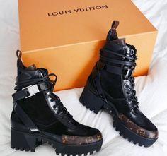 318b5e4366 Tênis Louis Vuitton, Coturno, Vestidos Compridos, Roupas Inspiradas, Sapatos  Fofos, Sandálias