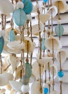 Bekijk de foto van only.deco met als titel Eenvoudig te maken. Combineer de schelpen met kralen. Leuk only deco en andere inspirerende plaatjes op Welke.nl.