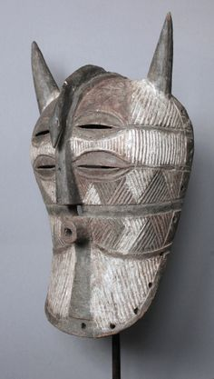 A fine horned Kifwebe-Mask with 4 eyes and forhead covered by a snake, Luba-Peoples, Congo.  Maße (Höhe x Breite x Tiefe): ca. 45 x 24,5 x 17 cm Gewicht: ca. 650 gr.