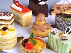 Looking at this makes me very happy! Ah the beauty of French pastry... Vive la pattisserie!