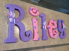 Colgante Letras infantiles, letras infantiles, bebé chica vivero cartas, púrpura y rosa, Letras de pared del cuarto de niños, decoración cuarto de niños