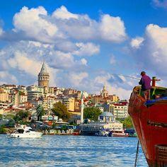 伊斯坦布爾的天空、石塔、清真寺、海濱與垂釣的人。 ©Serkan Demir