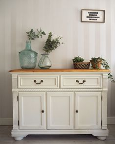 Beautiful solid wood farmhouse sideboard painted in Annie Sloan original chalk paint and sealed with clear wax. Wooden top sanded and waxed. Chalk Paint Hutch, Annie Sloan Chalk Paint Projects, Painted Hutch, Painted Buffet, Painted Sideboard, Annie Sloan Paints, White Chalk Paint, Chalk Paint Furniture, Wood Furniture