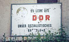 Als Erich Honecker am 17. Oktober 1989 gut gelaunt den Sitzungssaal des SED-Politbüros betritt, läuft er den Verschwörern geradewegs ins offene Messer – seine politische Karriere ist bereits beendet und der Einzige, der nichts davon weiß, ist Honecker selbst.